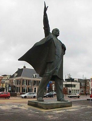 Dit is een standbeeld van Lenin. Dit standbeeld staat in Assen, vlak voor De Vaart.