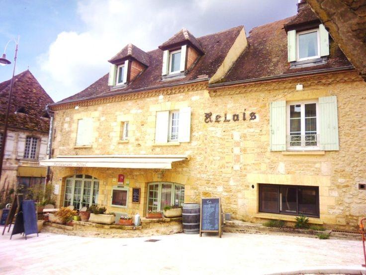 Dans le bourg d'un village longeant la Dordogne, à 10kms de Bergerac et de son aéroport international, passage obligé sur l'axe Bergerac - Sarlat avec flu...