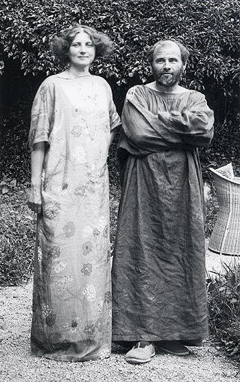 Emilie Flöge et Gustave Klimt - Emilie Flöge était une personnalité fascinante du milieu de la bohème viennoise et de la société fin de siècle. Elle était la compagne du peintre Gustav Klimt, beau-frère de sa sœur Hélène, et fréquemment invité chez ses parents ; il exécuta de nombreux portraits d'elle à partir de 1891. Des experts pensent qu'il s'est lui-même représenté avec Emilie Flöge dans son plus célèbre tableau « Le Baiser ».