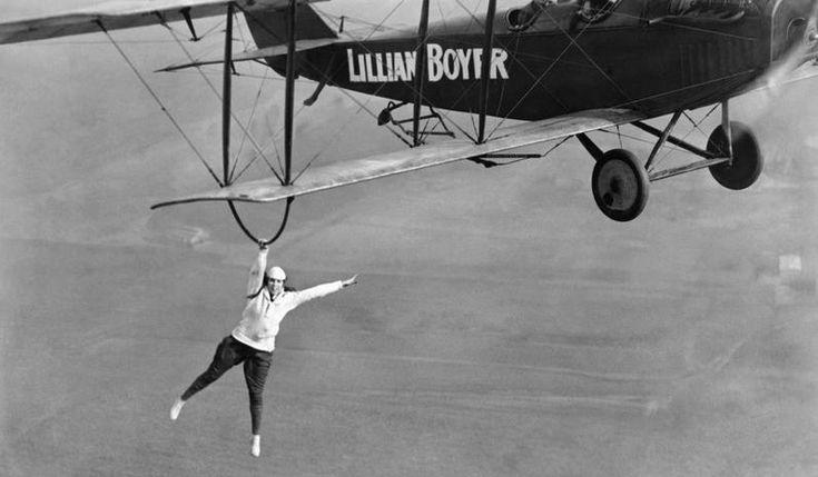 1921. Lilian Boyer, 19 éves légiakrobata és kaszkadőr hölgy bemutatója..JPG
