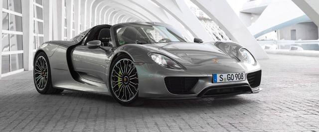 2010年のジュネーブモーターショーでポルシェは革新的なスーパースポーツ「918スパイダー」を発表した。このクルマが従来のスーパーカーと違っていたのは、フロントとリヤに2つの電気モーターを搭載したプラグインハイブリッドシステムを備えていたことである。そのシステム合計出力は887PS。0-100km/h加速2.6秒と、異次元のパフォーマンスをスーパーカーの世界にもたらした。