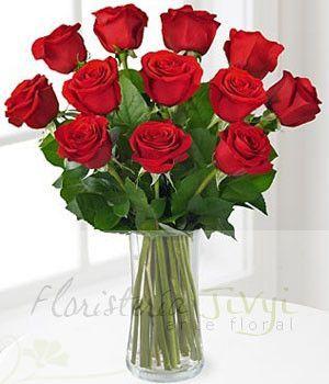 Doce rosas ecuatorianas preparadas en florero de vidrio transparente en una fina presentación. Elige el color de tu preferencia.