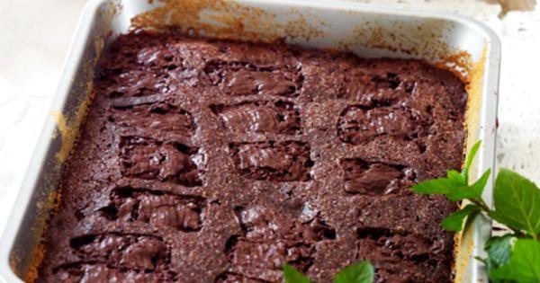 En chokladkaka med mint som är god både som efterrätt och till kaffet! Får du många gäster passar det bra att baka i långpanna. Recept från boken Mina efterrätter.