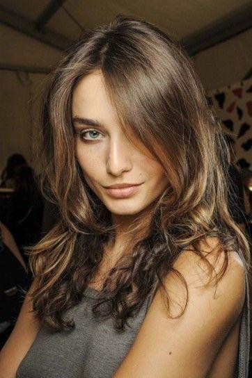 Tendenza capelli ondulati primavera 2014 Una delle tendenze per capelli della prossima primavera 2014, sono i capelli ondulati dal finish naturale, ottenuti con trecce, chignon e ferri.