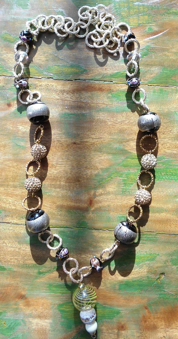 Collana con catena in alluminio color oro e bronzo e sfere di vetro.