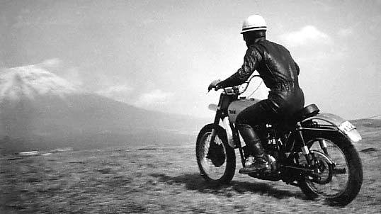伊藤史朗。1960年、朝霧高原。