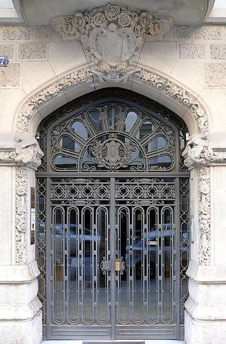 Barcelona -  Входная  дверь.