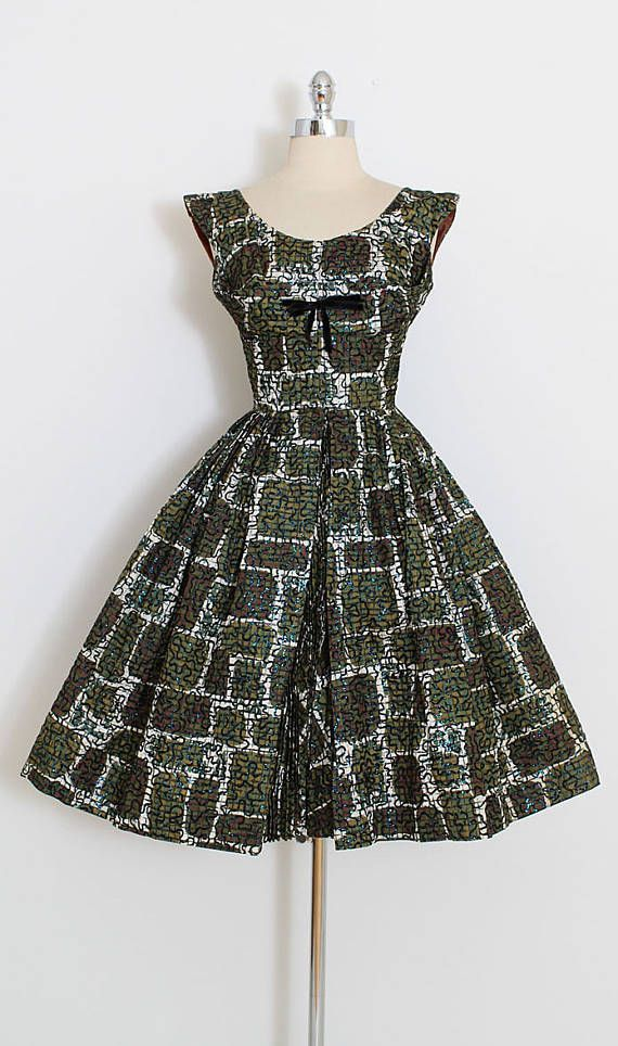 ➳ vintage 1950s dress  * beautiful black flocked squiggle print * shiny glitter accents on top of flocking * printed taffeta * accordion pleated front center skirt * metal back zipper  condition | excellent  fits like xs  length 40 bodice 16 bust 34-36 waist 24  some clothes may be clipped on dress form to show best fit for appropriate size.  ➳ shop http://www.etsy.com/shop/millstreetvintage?ref=si_shop  ➳ shop policies http://www.etsy.com/shop/mi...
