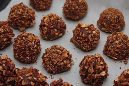 Les truffes au chocolat, c'est le grand classique de Noël ! Ces petites boules de chocolat sont généralement roulées dans du cacao en poudre. Mais pour la «Breizh Touch» j'ai …