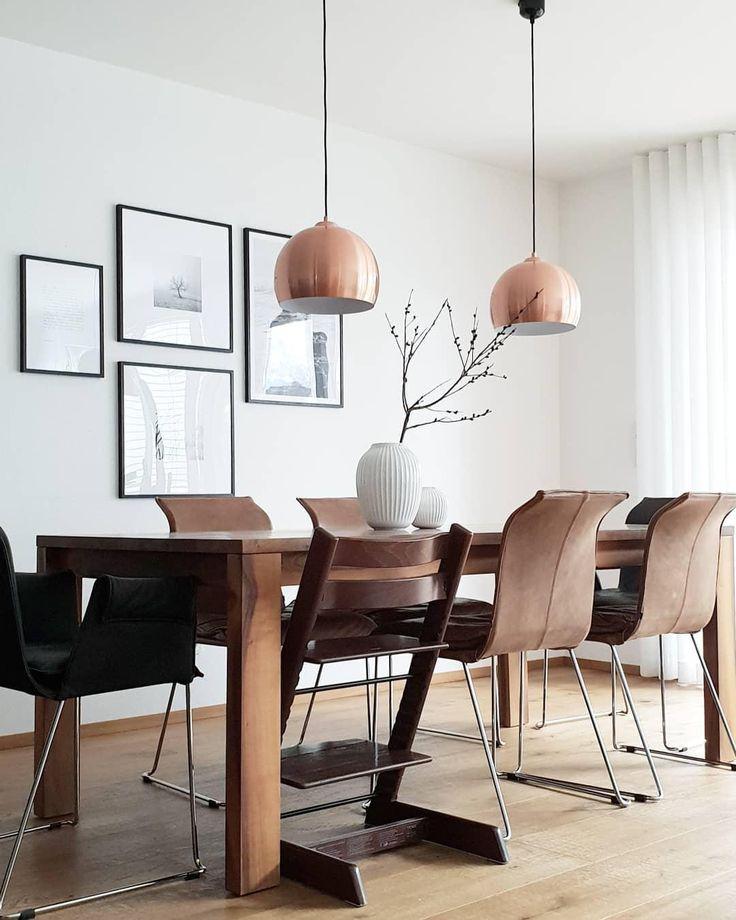 Dark Wood! Ein wunderschöner Esstisch und Stühle im dunklen Holz, kombiniert mit eleganten Pendelleuchten in schimmerndem Kupfer, einer Bilderwand und der wunderschönen Vase Hammershøi. Einfach perfekt! // Esszimmer Esstisch Stühle Leuchte Pendelleuchte Vase Bilder Bilderwand Ideen Einrichten Skandinavisch #Esszimmerideen #Esszimmer #Esstisch #Stühle #Bilderwand #Bilder #Pendelleuchte #Ideen #Einrichten #Vase #Skandinavisch @nedashome
