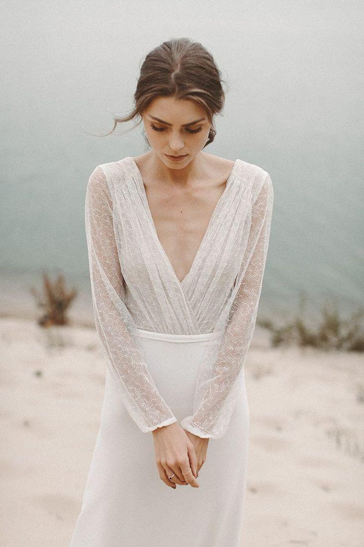 Schlichtes Brautkleid langarm und rückenfrei