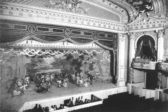 帝国劇場 1911年完成のルネサンス式建築の劇場 オペラ、バレエ、シェイクスピア劇から歌舞伎まで様々な演目を上演した 関東大震災で被害を受けたが改修されて翌1924年から営業を再開 戦後は洋画ロードショー用の映画館に転じたが、1965年に解体された