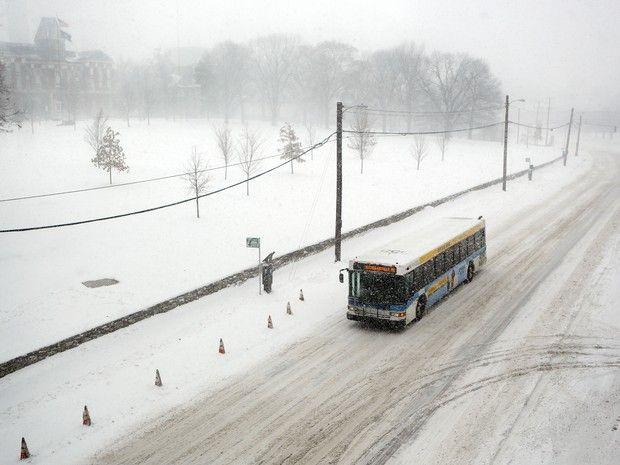 Ônibus transita em via próxima à Universidade de Kentucky nesta sexta-feira (22) em meio à forte nevasca (Foto: James Crisp/AP Photo)