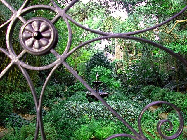`: Secret Gardens, Enchanted Gardens, Garden Art, Gardens Gates, Gardens Art, Wrought Iron, Beautiful Gardens, Good Books, Hidden Gardens