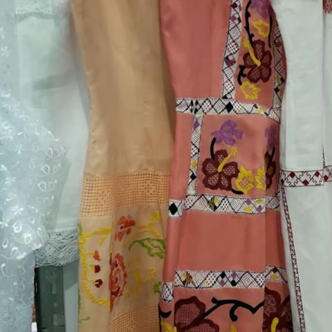 Seguimos en la Feria de Artesanías en Atlapa, vengan a visitarnos y deleitarse con las obras de arte que tenemos en exhibición. * Con mucho gusto les atendemos.  Ahora locales 128A y 131A Y de fondo la música de @sandrasandovals en su apogeo. * #artesanal #tradicional #Panamá #MICI #tradiciones #polleras #camisolas #vestidos #tembleques #visitpanama #azueroartesanal #FeriaNacionalDeArtesanias #