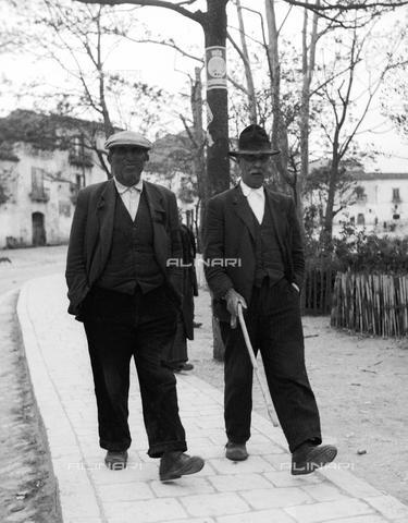 uomini anziani su una passeggiata in una piazza di Accettura