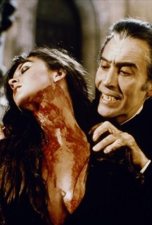 Caroline Munro y Christopher Lee, DRACULA 1972