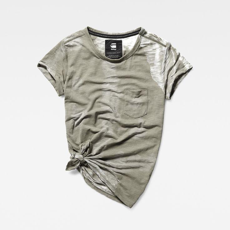 De geknoopte onderkant en omgeslagen mouwuiteinden geven dit relaxte T-shirt van…