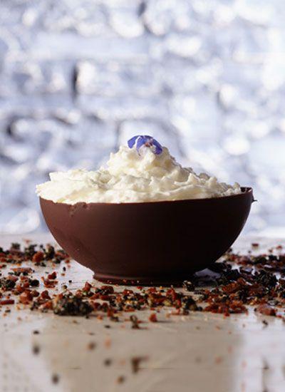 Globo de chocolate, cascajo de titoté, helado de nata y mousse de coco. No podrá resistirse a esta dulce y tentativa receta, donde el chocolate y el coco se acompañan para crear una exótica y única fusión.