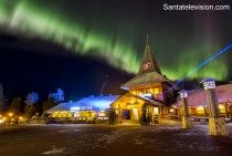 Santa Claus Village El Pueblo de Papá Noel y aurora boreal en Laponia Finlandia en octubre