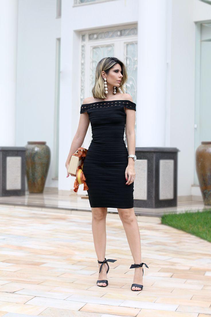 Look Carol Tognon: vestido pretinho básico, brinco de pérola de bolas, sandália preta e bolsa de palha colorida.