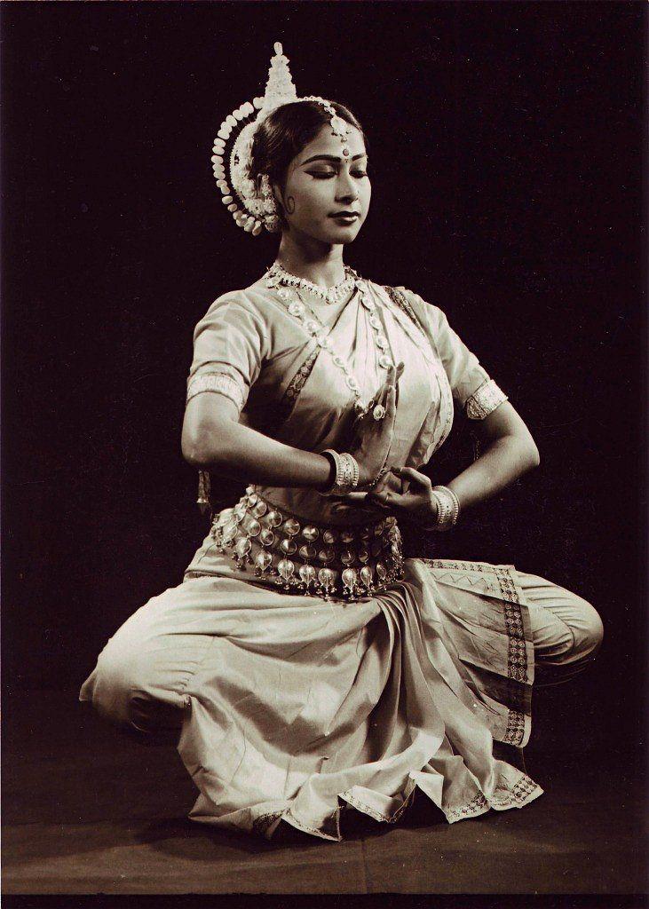 Одисси Одним из наиболее изысканных классических танцевальных стилей Индии является Одисси. Он зародился на восточном побережье Индии, в Ориссе. О нем упоминается в древнейшем индийском трактате о драме и танце «НАТЬЯШАСТРА», датированном 3-4 в. н.э. Одисси многие века существовал как строго храмовый танец, исполняемый перед божеством Джаганнатха. Поэма «Гита-Говинда» средневекового поэта Джаядэвы стала основным источником стихов для танцевальных композиций Одисси. Танец исполнялся в храмах…