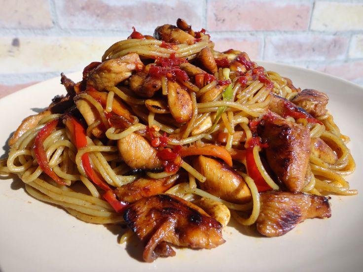 kínai pirított tészta zöldségekkel, csirkehússal Ez egy alap recept azoknak, akik szeretik a kínai pirított tésztás ételeket...