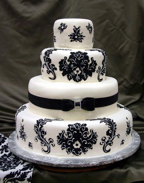 ► Pastel de boda con un un lazo y terciopelo negro. #pasteles #bodas