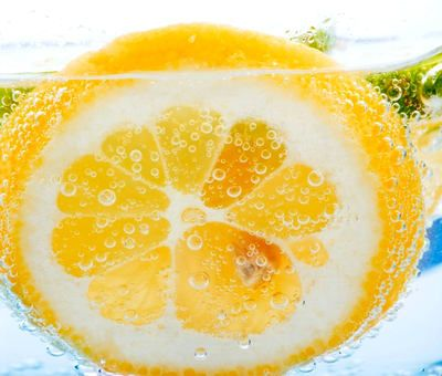 13 důvodů, proč pít vodu s citronem. Znáte je?