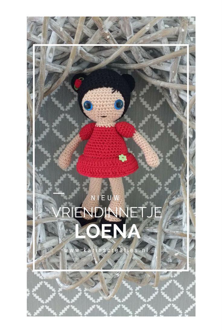 Gehaakte pop met twee lieve knotjes in het haar, een jurkje aan en mooie schoentjes.  #handmade #crocket #karinscreaties