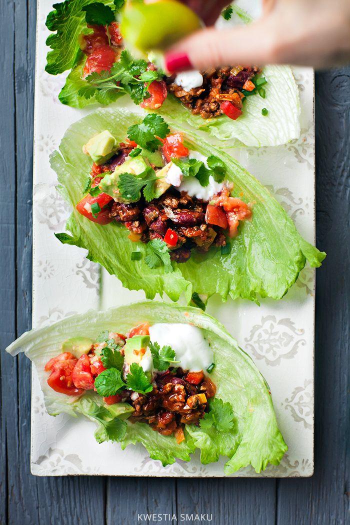 Tacos z błyskawicznym chili con carne podawane w sałacie lodowej