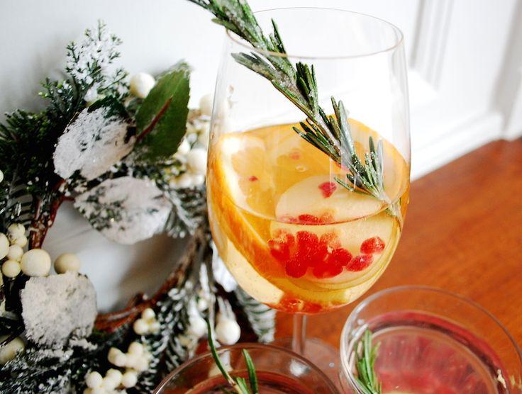 Szukacie przepisu na świąteczne drinki i napoje? Bożonarodzeniowa sangria i woda smakowa z dodatkiem granatu i rozmarynu zadziwią waszych gości.