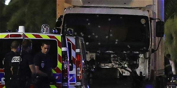 Alarmas, gritos y decenas de personas corriendo por las calles se vieron momentos después de que un camión embistiera a la multitud que observaba los fuegos artificiales de la fiesta nacional del 14 de julio en Niza (Francia).