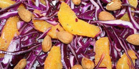 En lækker rødkålssalat til f.eks. retter med steg eller fjerkræ. Salaten indeholder udover rødkål også appelsiner og mandler.