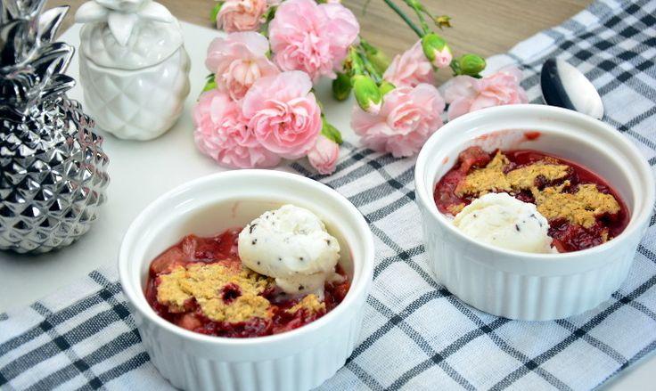 Przepis na deser z truskawkami, rabarbarem i lodami