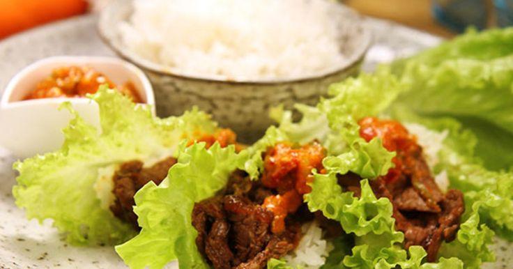 Koreansk tacos! Marinerad entrecôte serveras i ett salladsblad med kimchi, sötstark sås och ris.