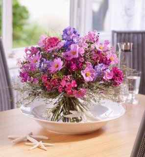 Sommer der Provence. Dieser Strauß ist ein floraler Sinnesschmeichler! Rund gebunden, duftig, mit Phlox, Cosmea und Rittersporn. Der wilde Thymian und das Rosmarin geben ihm einen mediterranen Touch.