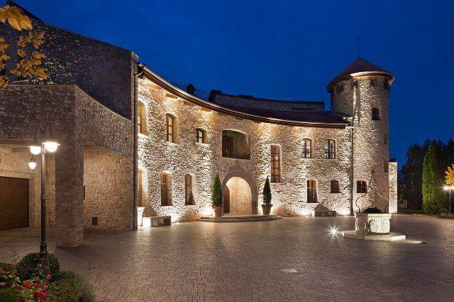 Residence BO, пригород Киева, в тосканском стиле, каменный фасад, элементы интерьера и декора, балки, потолки, резиденция ночью