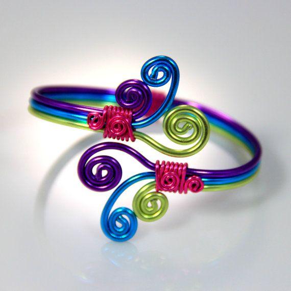 Ce bracelet est fait de fils en aluminium de calibre trois 12 anodisé enveloppés en fil de calibre 18 à une combinaison de couleurs impressionnant. Jai fait et conçu cette pièce dêtre réglable et confortable à porter. Cet aluminium est assez mou à mouler à votre poignet mais forte, assez pour maintenir sa forme. Il peut être fait en 5-6 petites, moyenne 6-7 et grands 7-8 pouces autour du poignet. En aluminium anodisé est hypo allergène, non ternir et son poids léger rend merveilleux à porter…