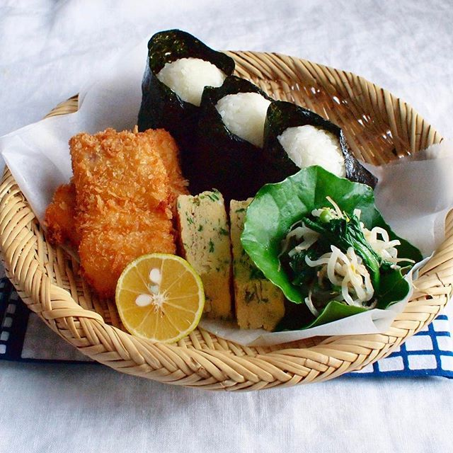 2017.11.13 ☁︎ 今日のオット氏用竹ざる弁当(置き弁) 市場で買った白身魚をフライに(タルタル別添え)/ねぎ入りだし巻き卵/春菊ともやしのナムル/梅と高菜にツナマヨのおにぎり/鍋に豚汁があるので温めて下さい。 ・ 新規就農した時、農業をはじめたら休みがないね。 と、よく言われました。 しかし農業には作物によりますが農繁期と農閑期があり、長崎県のアスパラガスに関しては11月〜12月は農閑期。 ほぼ2カ月休みになります。今まで休みなく働いた分 まるっと2カ月休み!とは言え今年定植したばかりなので、仕事もありますがゆっくりは過ごせそうです。 ・ 今日はオット氏と別行動なので(これも久々。笑) 置き弁置いて出掛けまーす☺︎