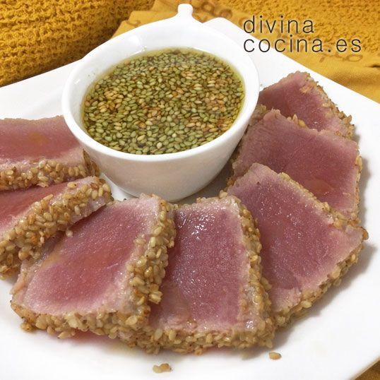 El tataki de atún se sirve frío, loncheado y acompañado por la salsa de soja preparada con el marinado y los jugo de la sartén.
