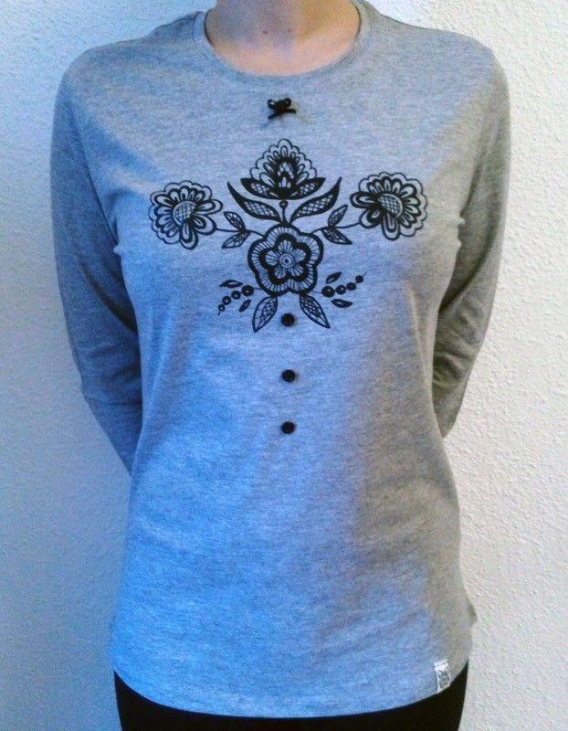 Camiseta manga larga, Flor central con botones y lacito
