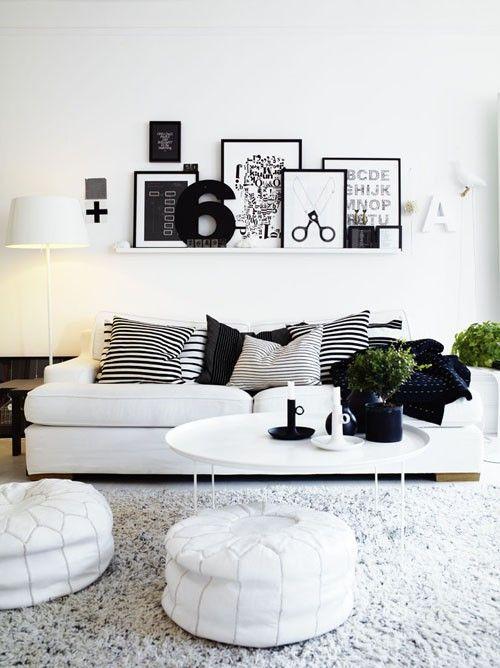 Sala decorada com preto e branco .