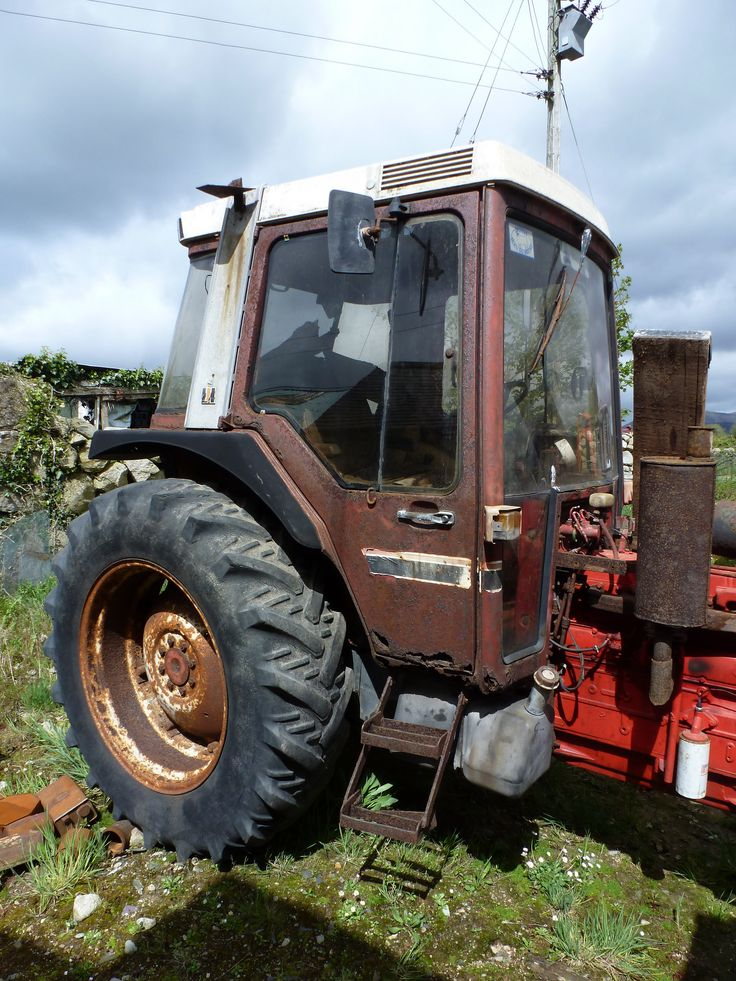 https://flic.kr/p/wxwewZ   Rusty/rotten 1982 XL cab   Very rusty and crusty and due a change. I remember the first day I stepped into this cab in 1985 - it wasn't like this! This must be one of very few 1982 International tractors with its original rubber/back tyres!