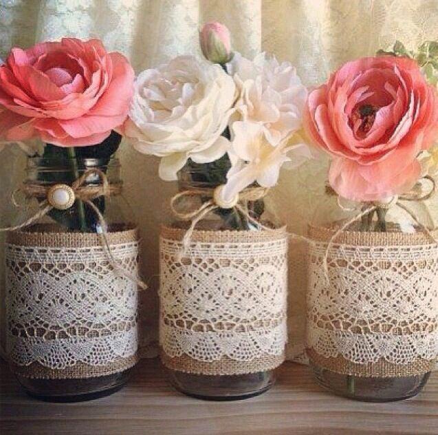 Decora al estilo rústico usando frascos de vidrio como centros de mesa. Son perfectos para una reunión o evento en jardines o exteriores o ...