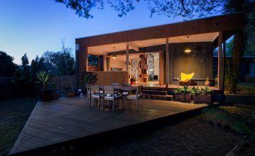 Stílusos, modern, nyitott, család- és környezetbarát ház fába öltöztetve