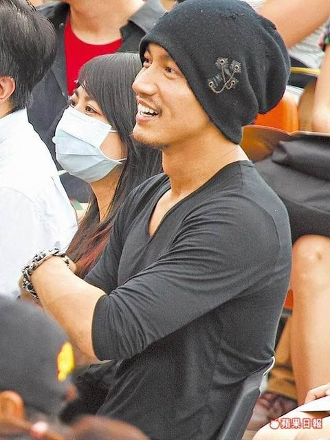 I watched Kdramas because of So Ji Sub. I started watching Tdramas because of this guy! Love, love, love Jerry Yan :)