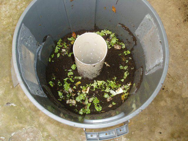 Como fazer uma composteira doméstica de baixo custo! (um latão de lixo, um cano PVC, tela, furadeira e cola quente.