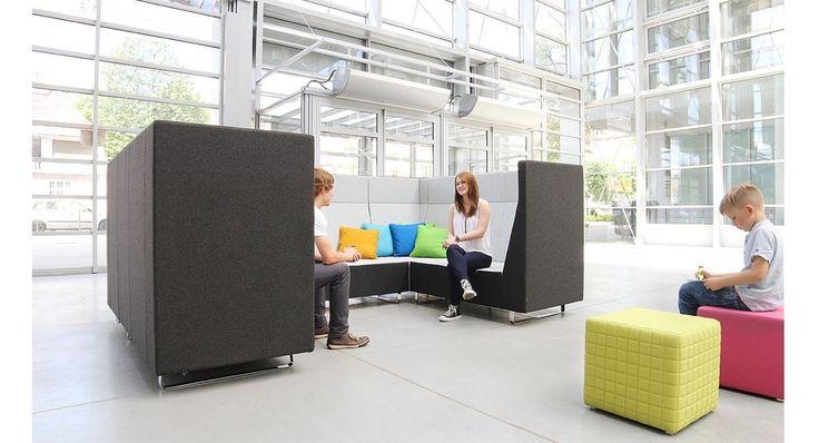 Voo Voo. Wysokie, tapicerowane oparcie przypomina ściankę działową, która zapewnia doskonałą dźwiękłochłonność i tworzy dobre warunki akustyczne. #bejot #lobos #krzesło #biuro #meblebiurowe #meble #furniture #work #design #chair #wnętrza