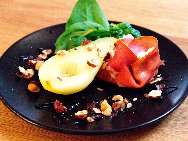 Sött päron med serranoskinka och fetaostcrème | Recept från Köket.se